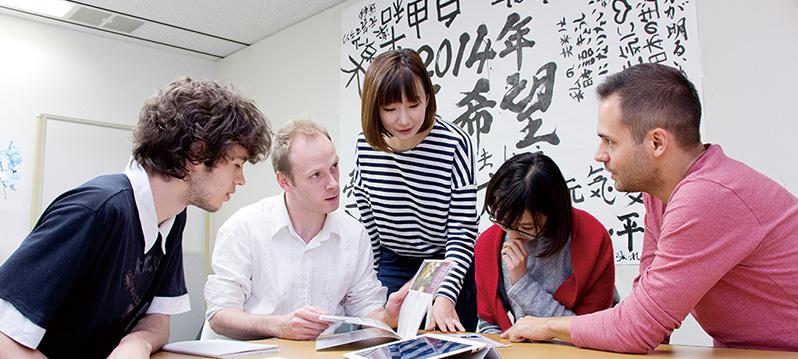 実際に日本語学校に通う外国人生徒をモデルにした、授業のロールプレイ